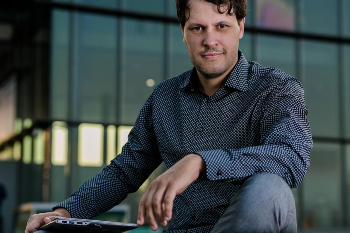 Businessportrait eines IT-Unternehmers mit Laptop
