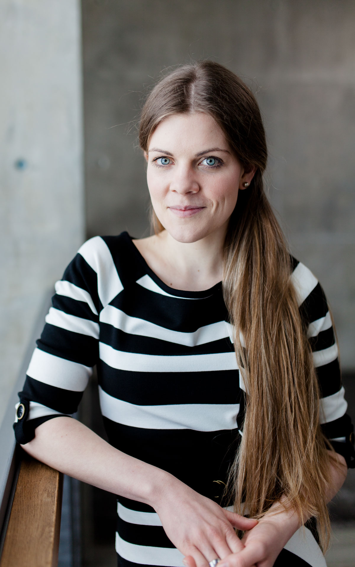 Foto einer freien Rednerin in einem Gebäude mit Sichtbeton
