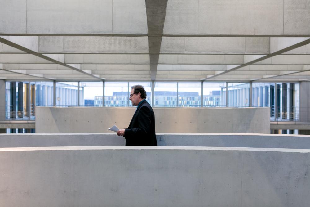 Bundestagsabgeordneter MdB Frank Heinrich beim Vorbereiten einer Rede im Bundestag