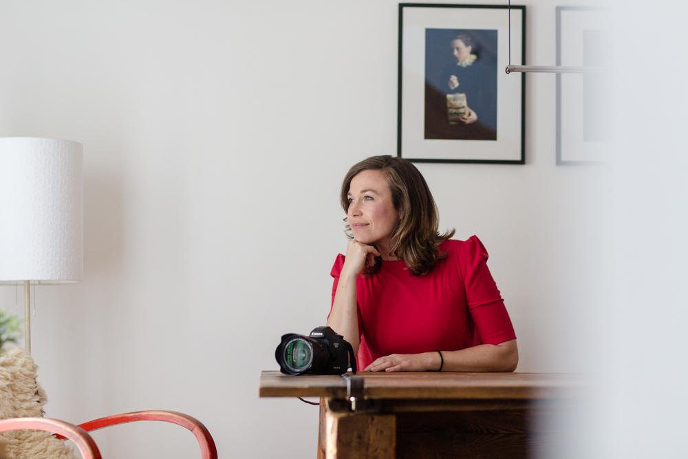 Businessportrait von Fotografin mit Kamera