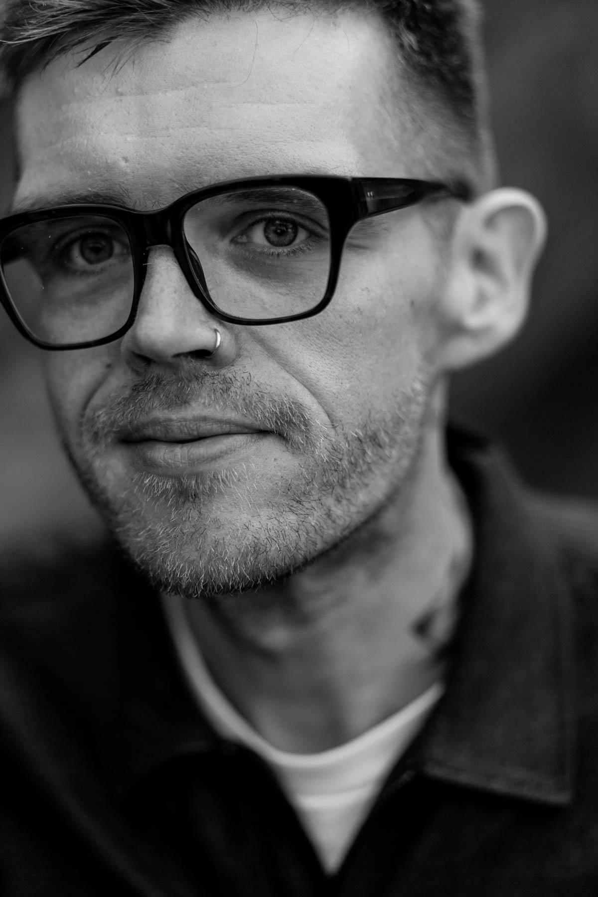 Portrait von Jupiter Jones Sänger Nicholas Müller von Fotograf Timm Ziegenthaler
