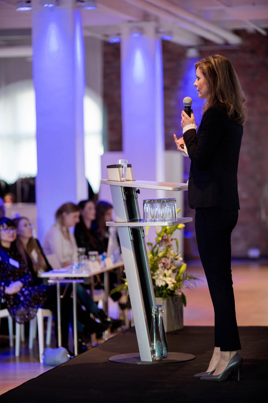 Managerin spricht bei Konferenz in Berlin