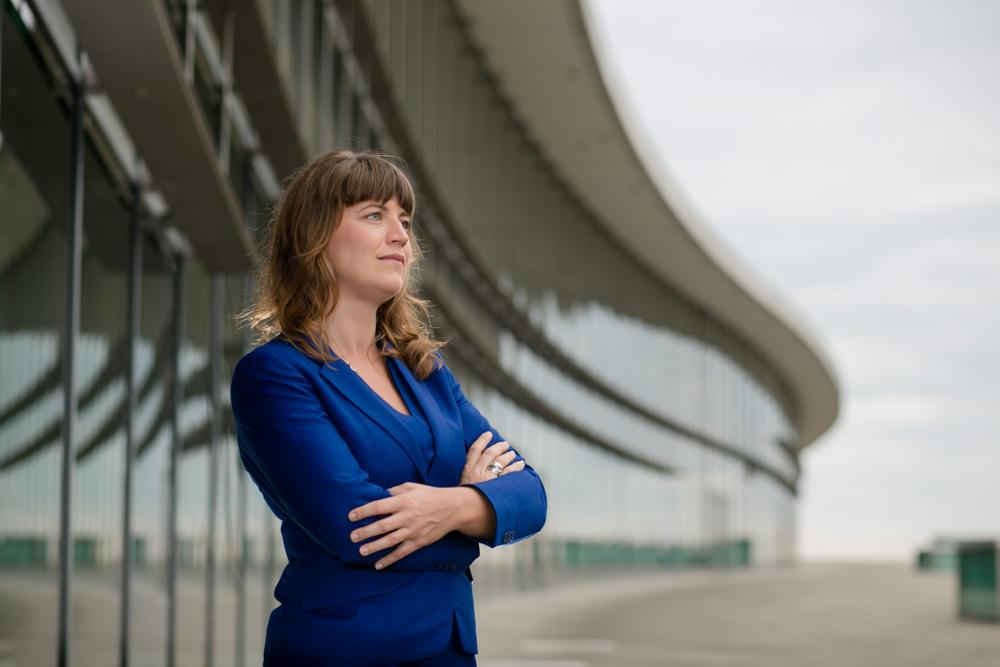 Businessportrait einer Geschäftsfrau am Kongresszentrum in Dresden