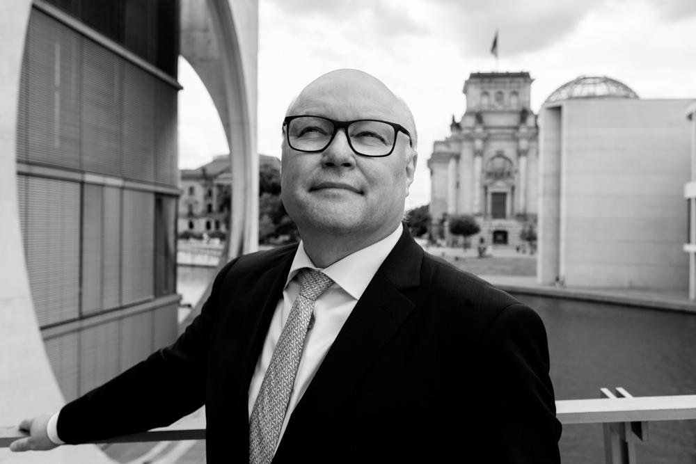 Verhandlungsexperte Friedhelm Wachs im Bundestag fotografiert von Businessfotograf in Berlin
