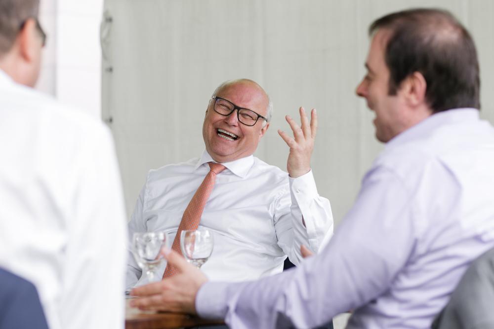 Verhandlungsexperte Friedhelm Wachs im Gesräch mit Alexander Kulitz fotografiert von Fotograf in Berlin