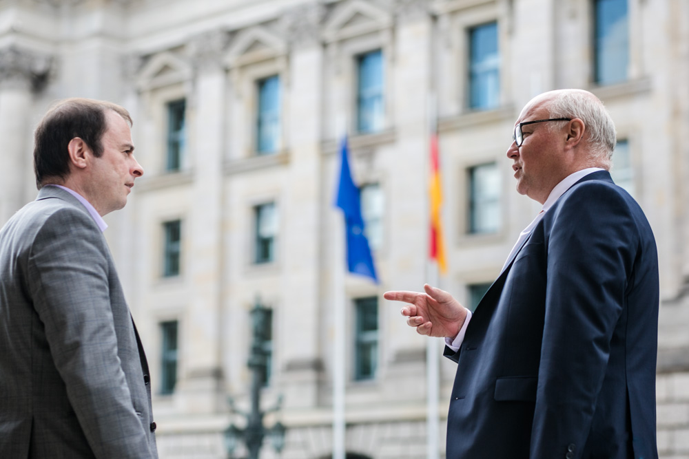 Verhandlungsexperte Friedhelm Wachs und Alexander Kulitz fotografiert von Fotograf in Berlin