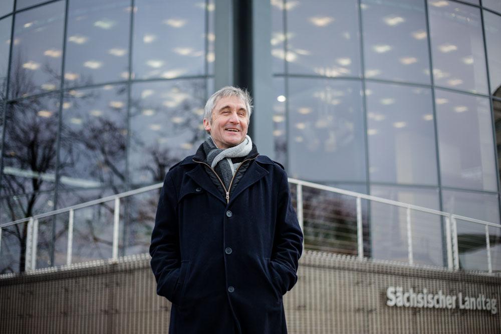Frank Richter vor dem Landtag portraitiert vom Fotograf in Dresden